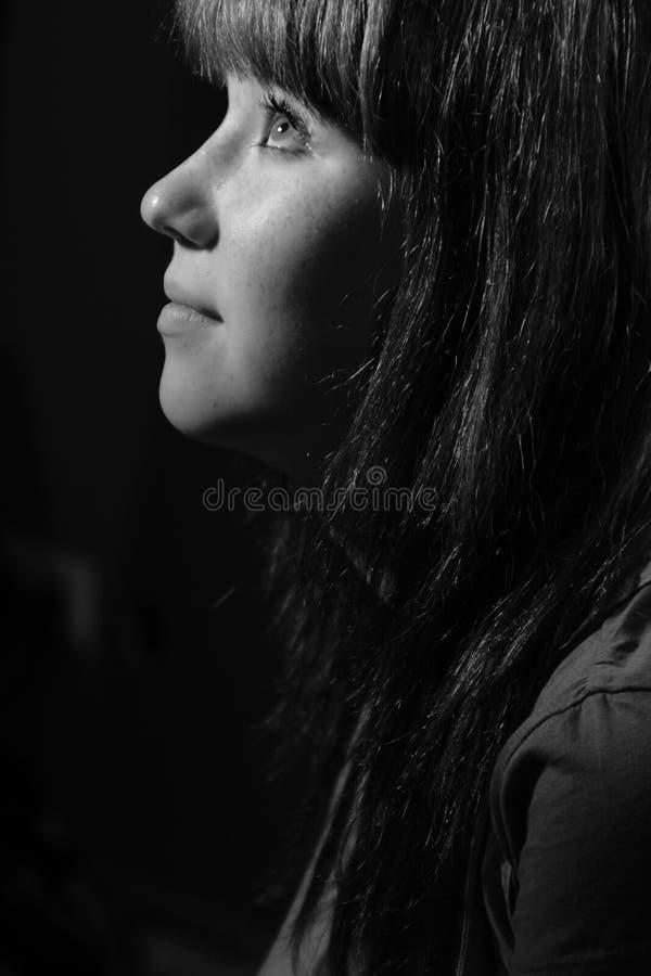 Portret van een meisje in profiel stock afbeeldingen