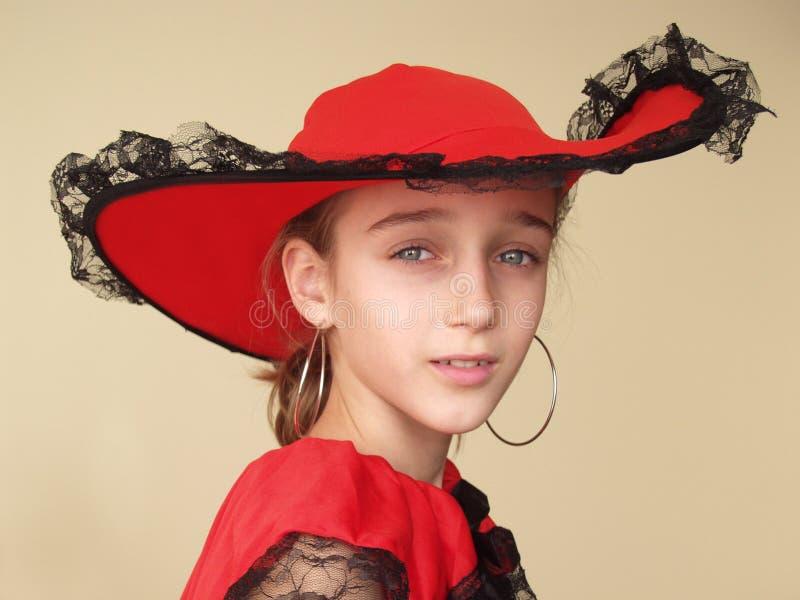 Portret van een meisje in rode hoed en kleding met zwart kant royalty-vrije stock foto