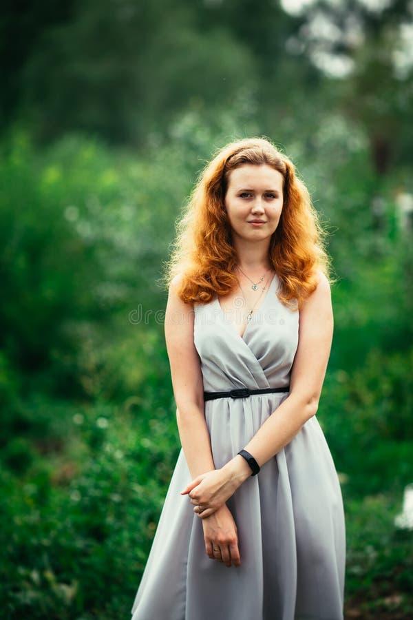 Portret van een meisje tegen een aardachtergrond royalty-vrije stock foto