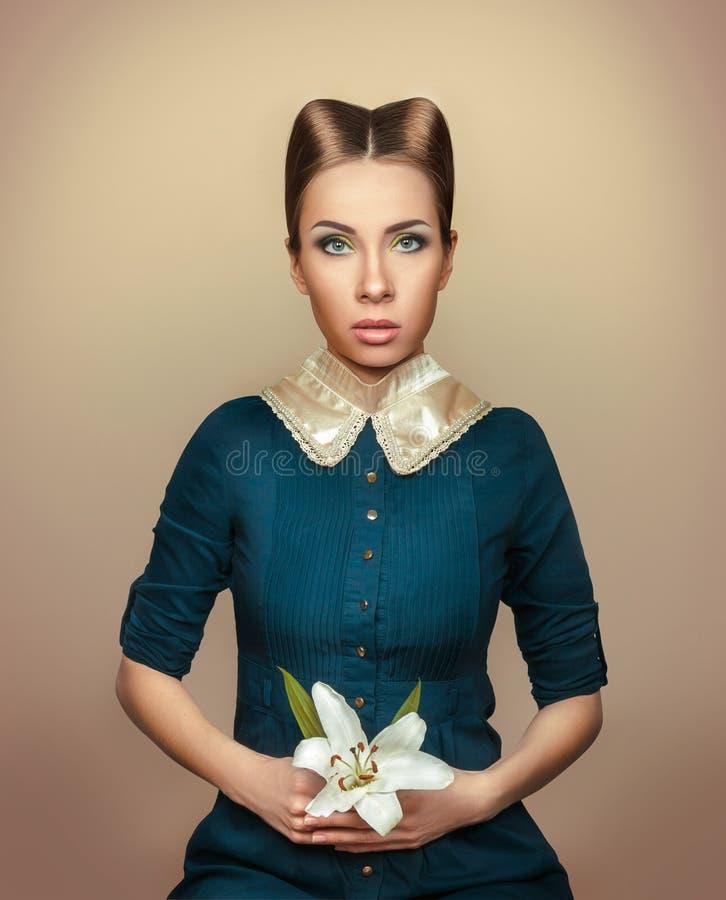 Portret van een meisje in Victoriaanse stijl met een lelie in haar hand stock foto's