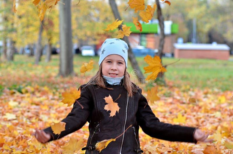 Portret van een meisje van Yong in het de herfstseizoen stock afbeeldingen