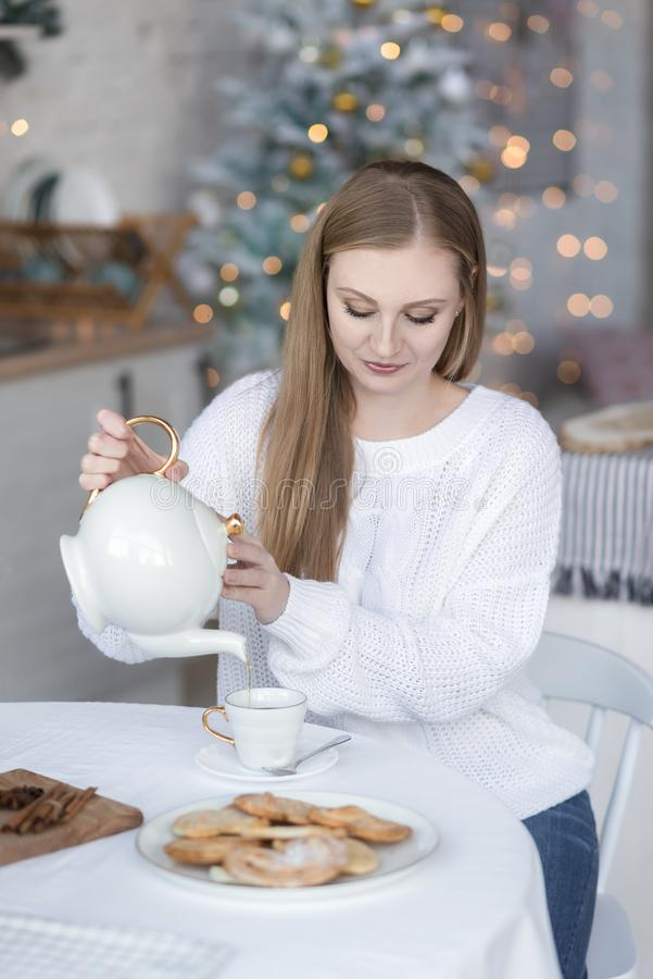 Portret van een meisjes gietende thee stock fotografie