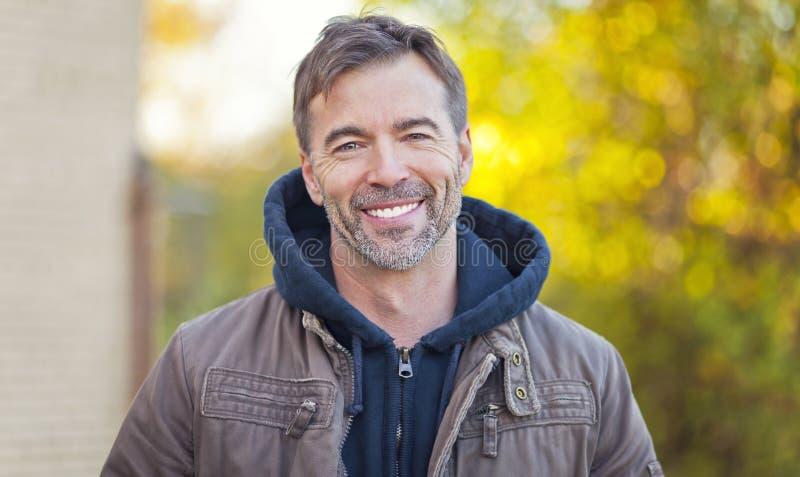 Portret van een Mens die bij de Camera glimlachen stock foto's