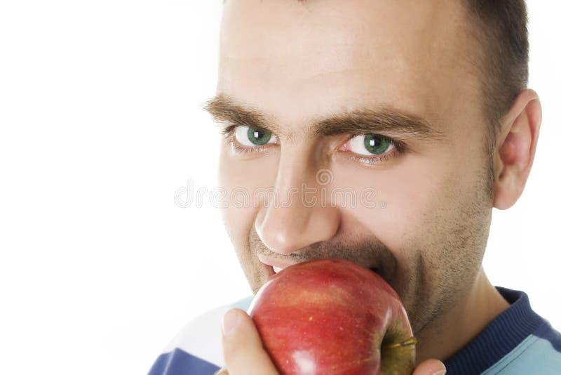 Portret van een mens die een appel eet stock foto's