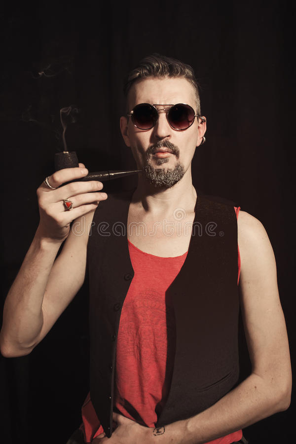 Portret van een mens die een pijp roken royalty-vrije stock fotografie