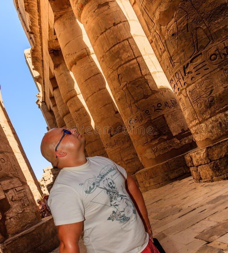Portret van een mens die hiërogliefen in tempel van Karnak, Luxor, Egypte bekijken royalty-vrije stock foto