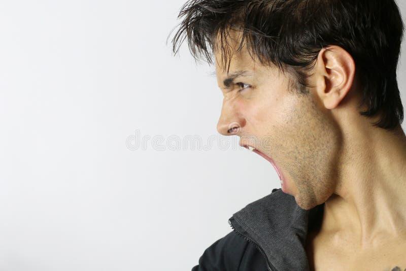Portret van een mens die in woede gillen stock foto's