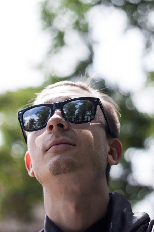 Portret van een Mens die Zonnebril dragen royalty-vrije stock afbeelding