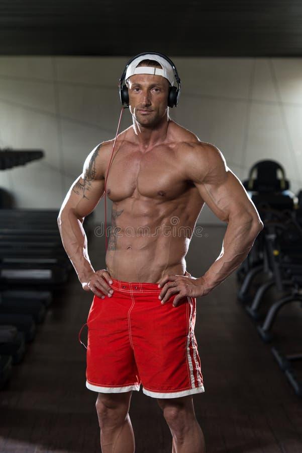 Portret van een Mens in Gymnastiek het Luisteren Muziek stock foto's