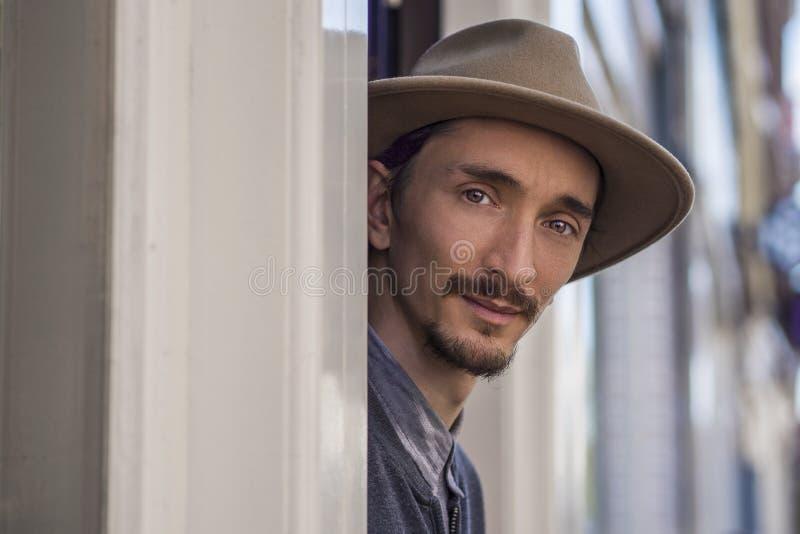 Portret van een mens in hoed in openlucht stock foto's