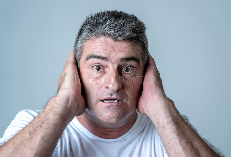 Portret van een mens van jaren '40jaren '50 in schok met een doen schrikken uitdrukking op zijn gezicht die bang gemaakte gebaren stock afbeeldingen