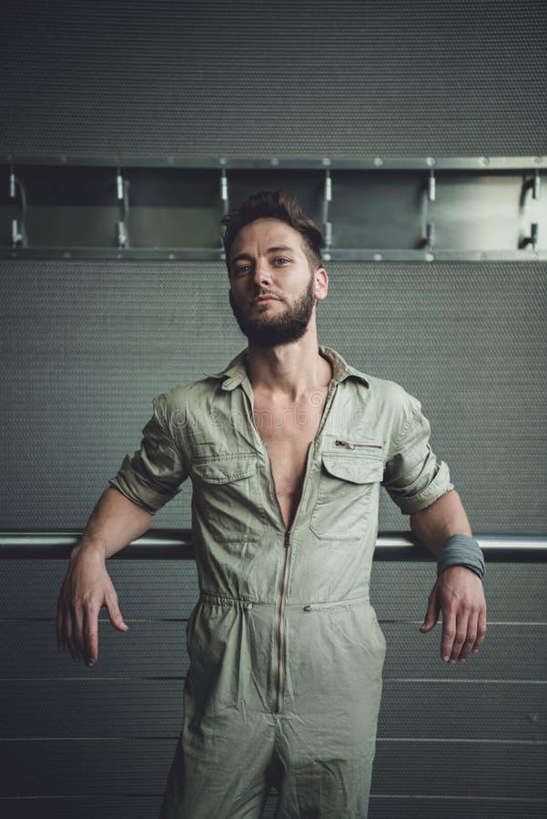 Portret van een mens in een jumpsuit royalty-vrije stock afbeelding
