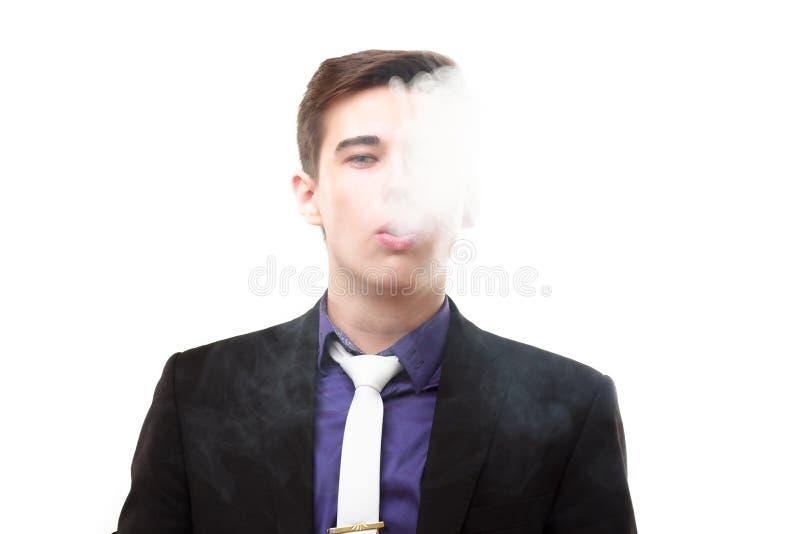 Portret van een mens in kostuum die een e-sigaret roken stock afbeeldingen