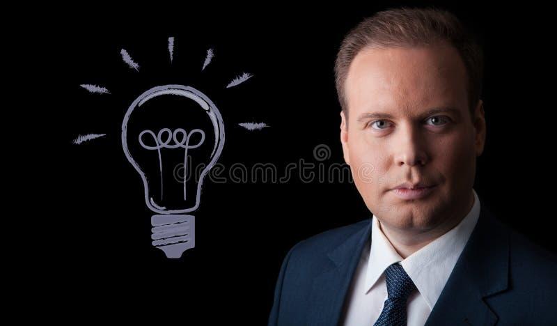 Portret van een mens met een idee op een zwarte achtergrond royalty-vrije stock afbeelding