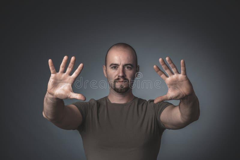 Portret van een mens met handen uitgestrekt voor hem stock afbeeldingen