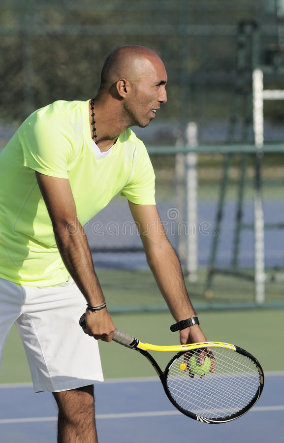 Portret van een mens met tennisracket royalty-vrije stock foto