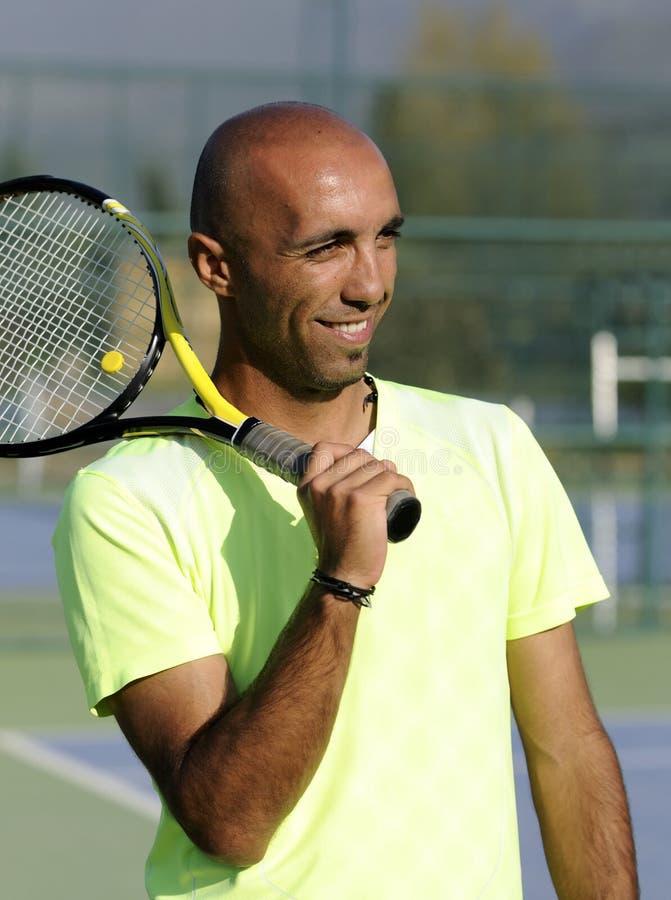 Portret van een mens met tennisracket stock afbeelding