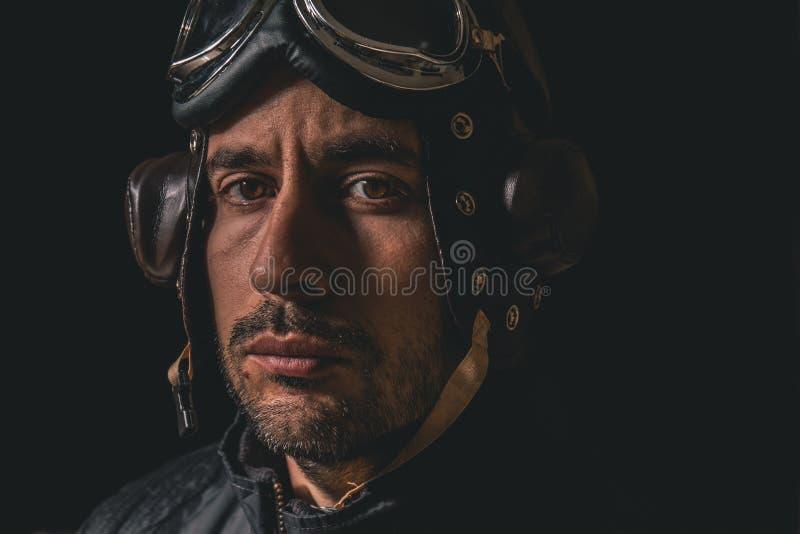 Portret van een mens met vliegeniershelm en beschermende brillen die rechtdoor eruit zien royalty-vrije stock foto's
