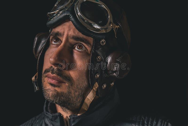 Portret van een mens met vliegeniershelm en beschermende brillen die weg aan de afstand kijken stock foto
