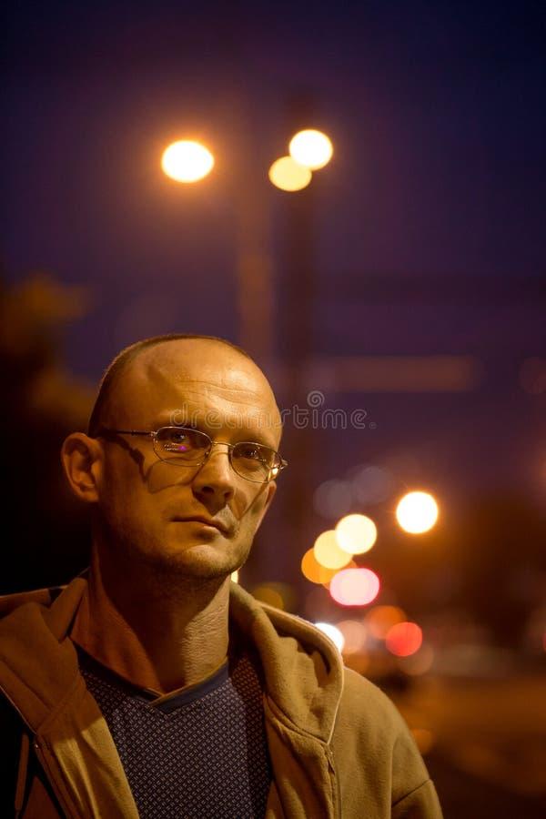Portret van een mens onder een fanaticus stock afbeelding
