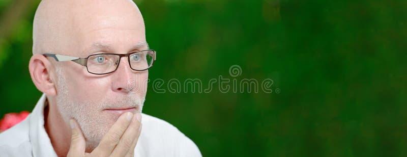 Portret van een mens op middelbare leeftijd, in openlucht, horizontale fotobanner stock afbeeldingen