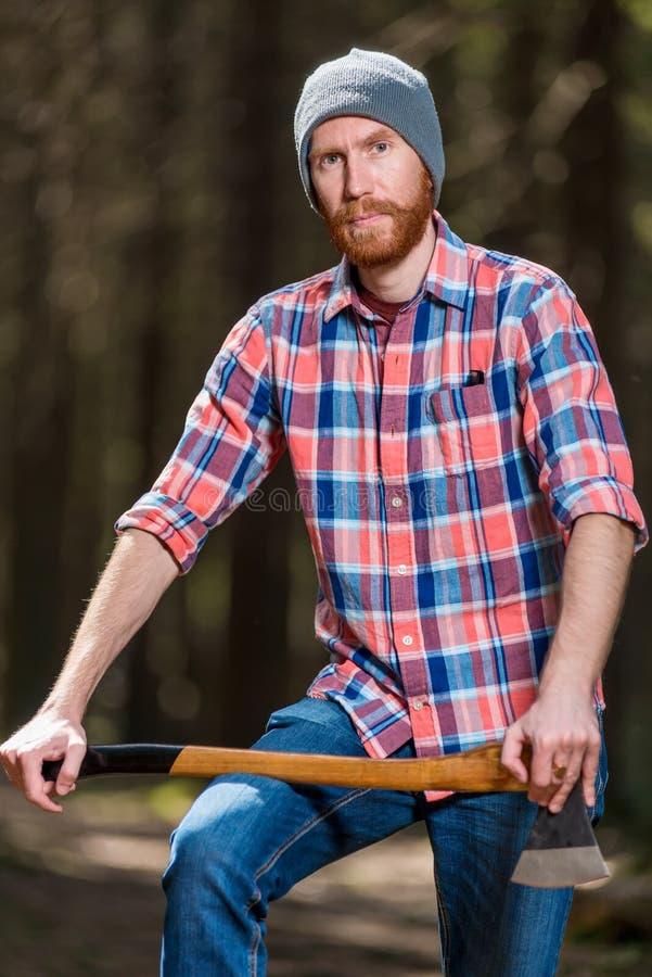 portret van een mens in een plaidoverhemd met een bijl royalty-vrije stock foto's