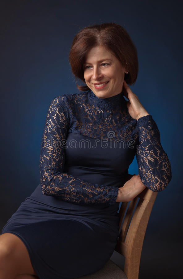 Portret van een middenleeftijdsvrouw in blauwe kleding royalty-vrije stock foto
