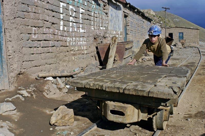 Portret van a in een mijn die Boliviaanse jongen werken stock afbeelding