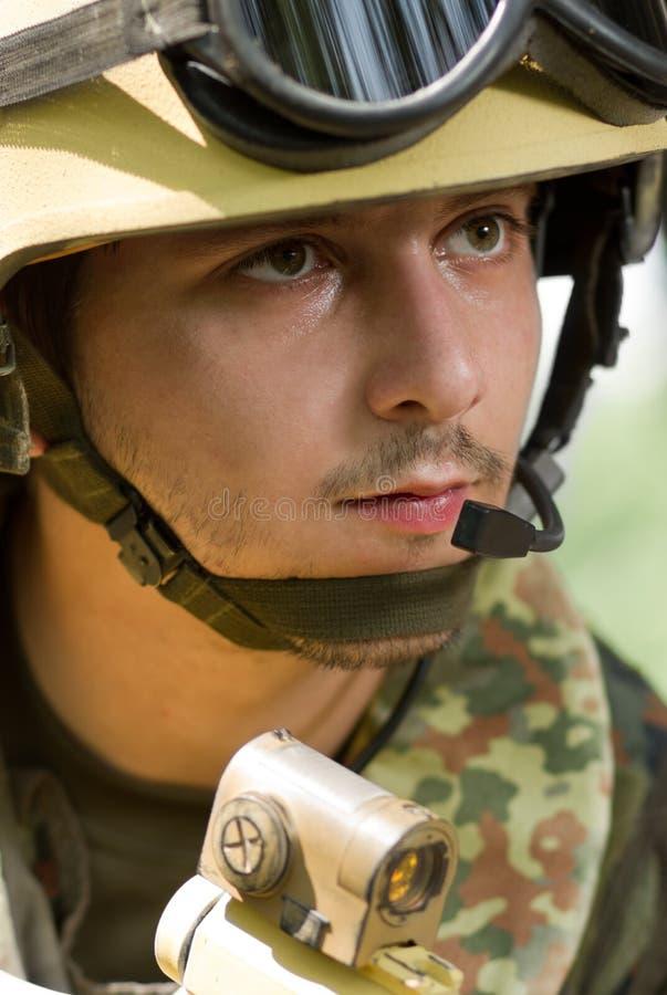 Portret van een militair in helm met hoofdtelefoon stock foto