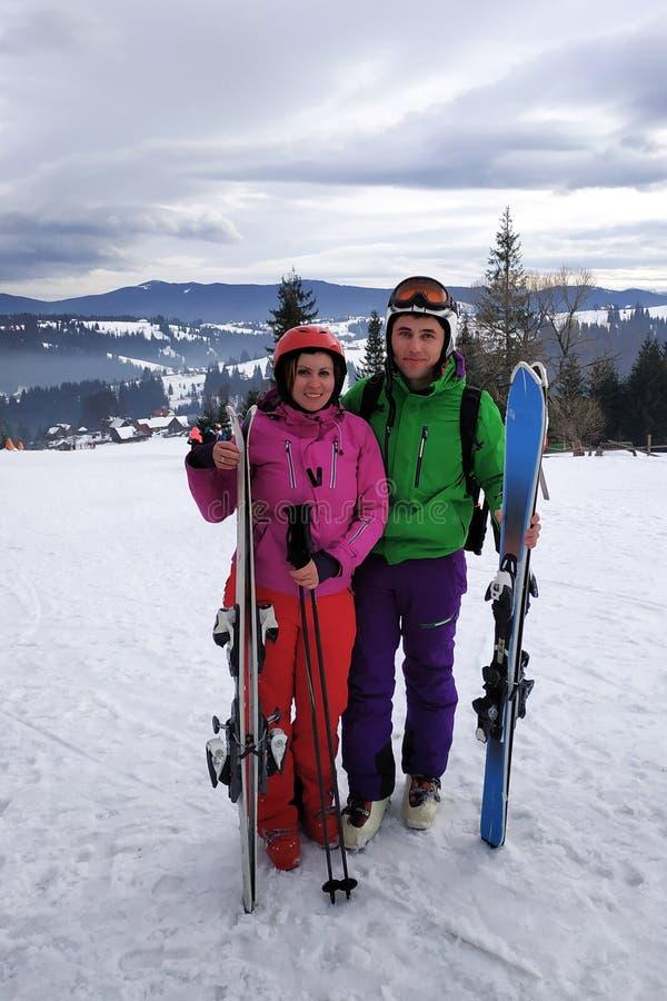 Portret van een minnaar van een paar ski?rs in een uitrusting op de bovenkant van de Karpatische Bergen stock foto