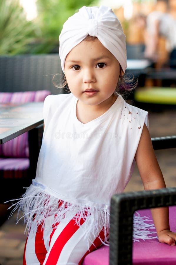 Portret van een modieus meisje met een tulband op haar hoofd stock foto