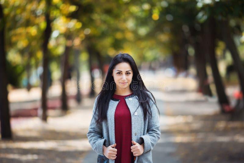 Portret van een Modieuze vrij Jonge Vrouw in Autumn Fashion Coat in openlucht stock afbeeldingen