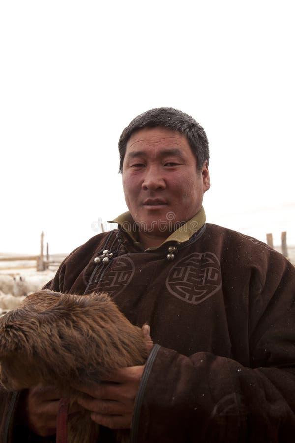 Portret van een Mongoolse veehoeder met babygeit royalty-vrije stock afbeelding