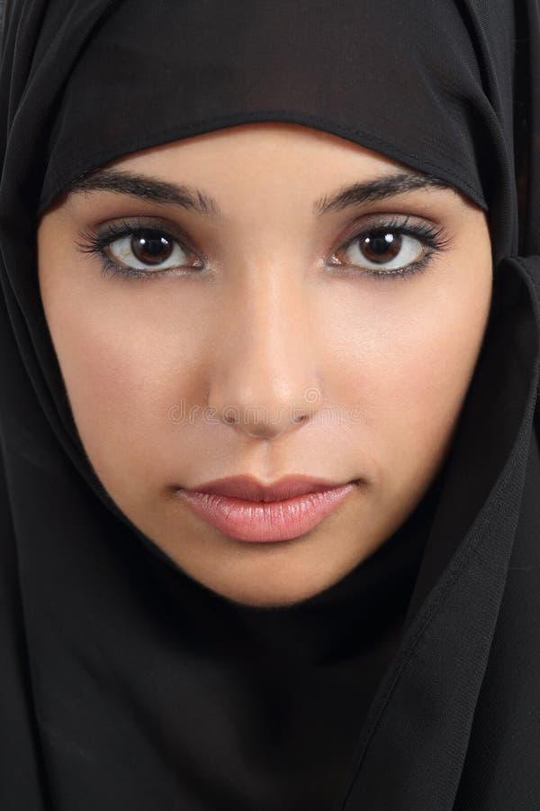 Portret van een mooi Arabisch vrouwengezicht met een zwarte sjaal royalty-vrije stock foto