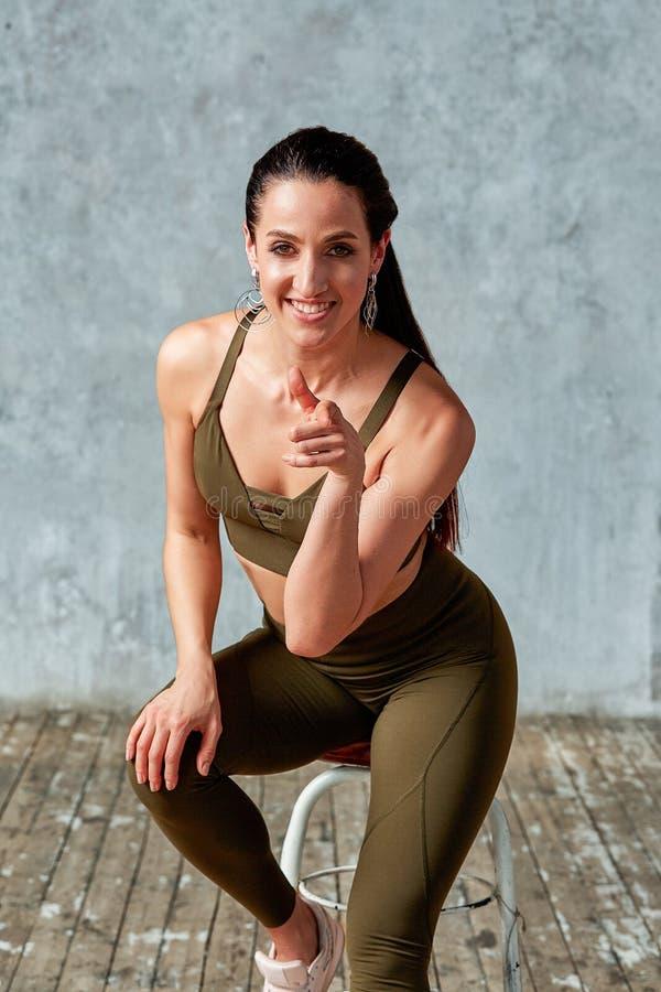 Portret van een mooi, atletisch, zeker meisje Grijze achtergrond Concept - en wat u klaar voor zijn stock foto