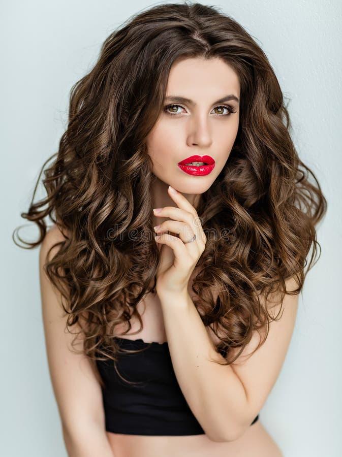 Portret van een mooi betoverend brunette met krullend haar en B royalty-vrije stock fotografie