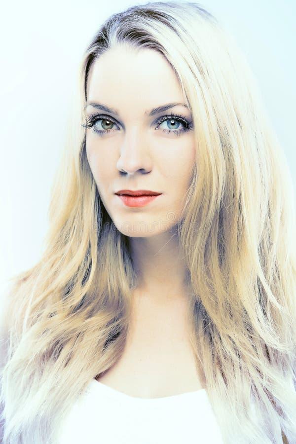 Portret van een mooi blond meisje stock foto