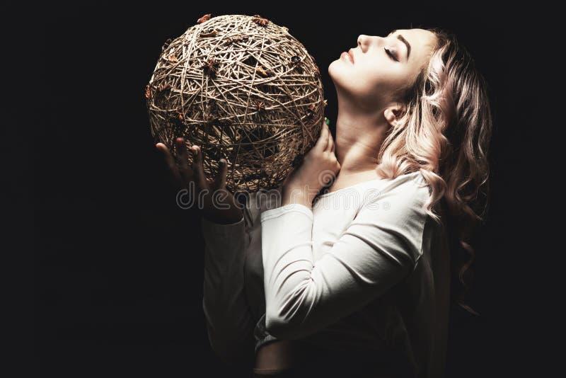 Portret van een mooi blond meisje, gezicht van een jonge vrouw met krullende haren, cosplay, beeld van een boerenvrouw, sprookje royalty-vrije stock afbeelding
