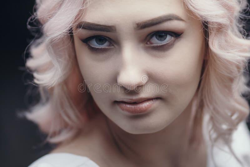 Portret van een mooi blond meisje, gezicht van een jonge vrouw met krullende haren, cosplay, beeld van een boerenvrouw, sprookje royalty-vrije stock foto