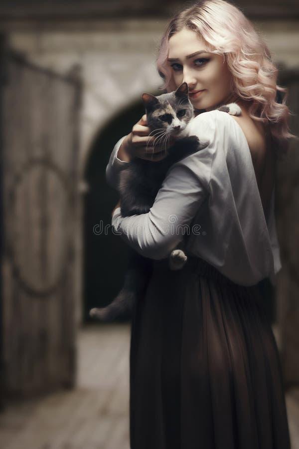 Portret van een mooi blond meisje, gezicht van een jonge vrouw met krullende haren, cosplay, beeld van een boerenvrouw, sprookje royalty-vrije stock foto's