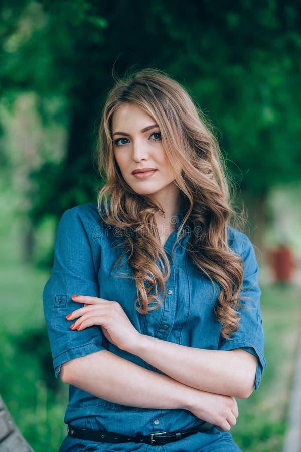 Portret van een mooi blonde in openlucht in royalty-vrije stock foto