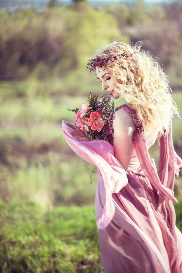 Portret van een mooi blondemeisje in een roze kleding royalty-vrije stock foto's