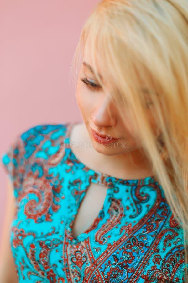 Portret van een mooi blondemeisje in kleding met ornament royalty-vrije stock foto's