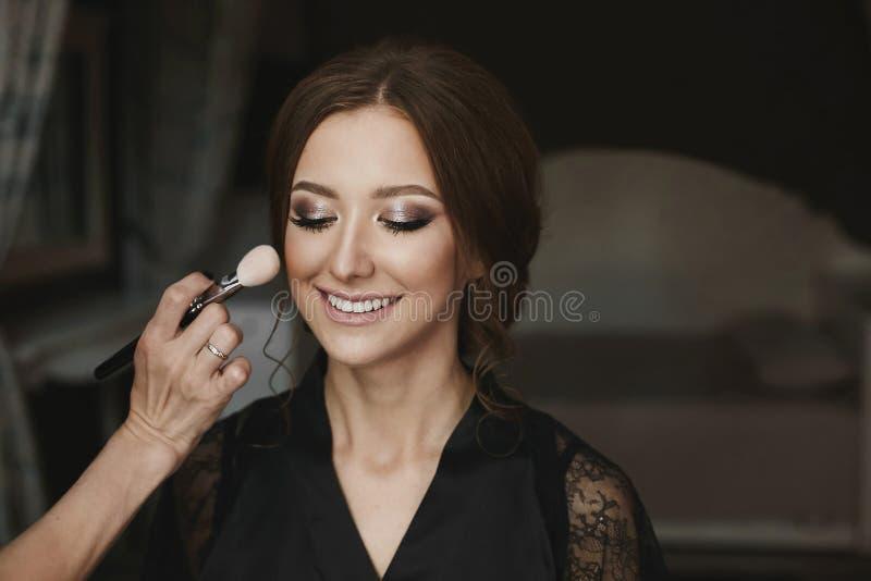 Portret van een mooi donkerbruin modelmeisje, met gesloten ogen, dat toegepaste professionele samenstelling is royalty-vrije stock afbeeldingen