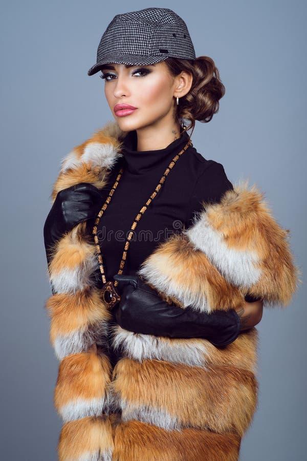 Portret van een mooi glammodel in vosjasje stock afbeeldingen