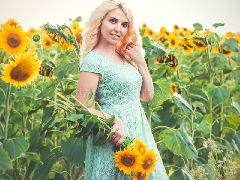 Portret van een mooi glimlachend blondemeisje in openlucht stock afbeelding