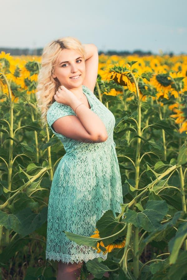 Portret van een mooi glimlachend blondemeisje in openlucht royalty-vrije stock foto's