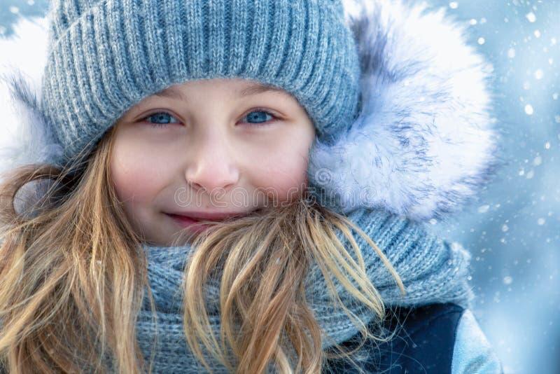 Portret van een mooi glimlachend meisje in de winter in openlucht Dichte omhooggaand van het gezicht stock afbeelding