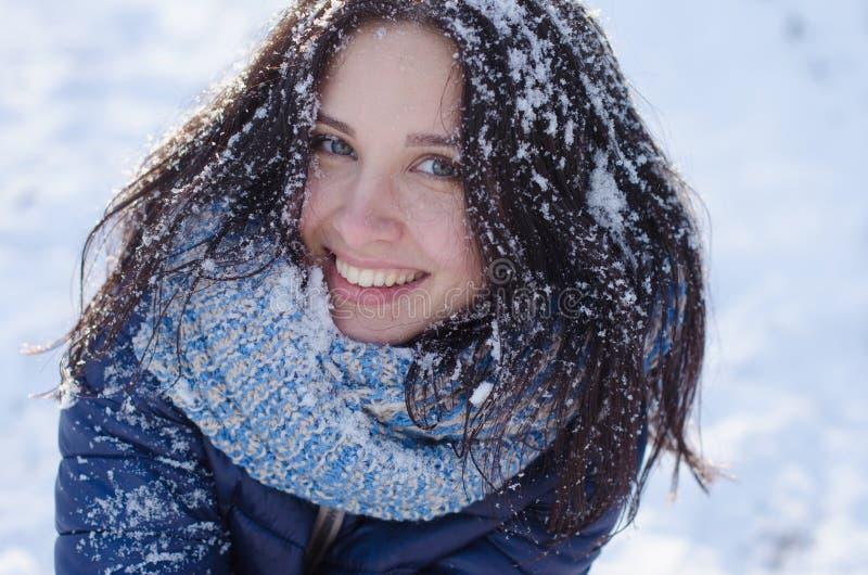 Portret van een mooi glimlachend meisje met sneeuw in haar haar royalty-vrije stock afbeeldingen