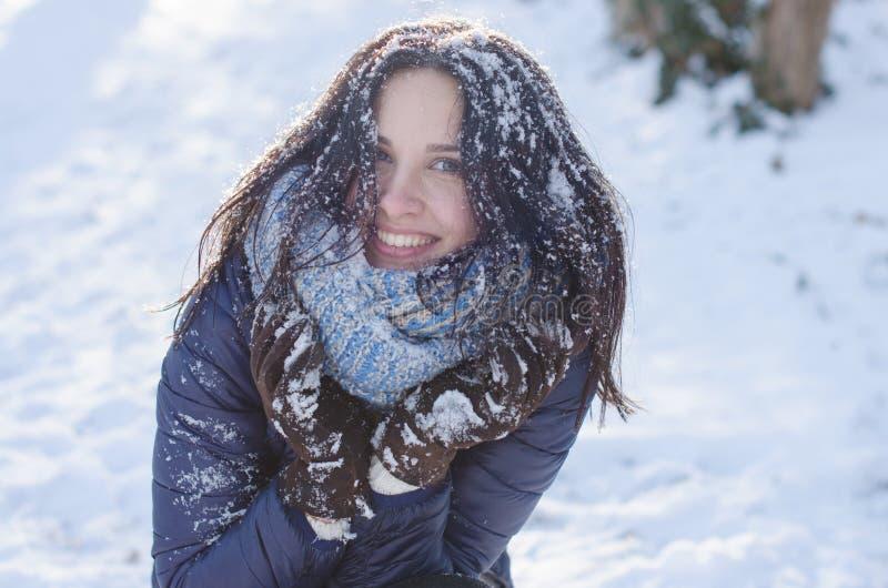 Portret van een mooi glimlachend meisje met sneeuw in haar haar stock afbeeldingen